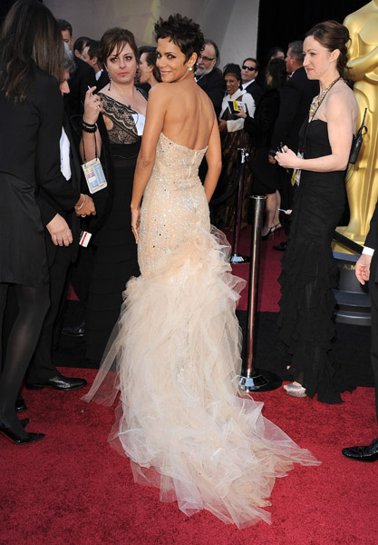 arrive at the 83rd Annual Academy Awards at the Kodak Theatre on February 27, 2011 in Hollywood, California.